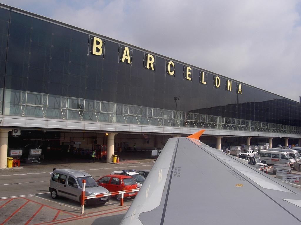 barcelona airport transport flughafen el prat ins. Black Bedroom Furniture Sets. Home Design Ideas